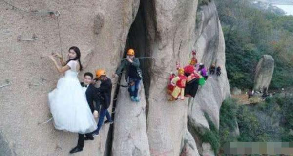 小情侣悬崖拍婚纱照求浪漫,看到眼前场景,网友都说无法接受