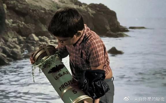 小男孩捡到一个玻璃罐,里面的生物竟几天长成恐怖巨兽