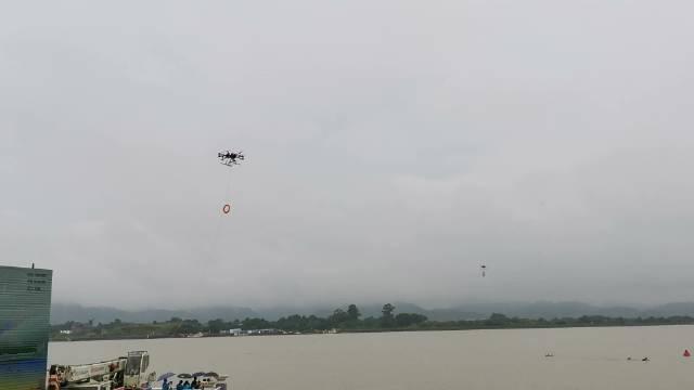 无人机定点抛投,能快速将救生圈抛投到落水者身边,实现救援!