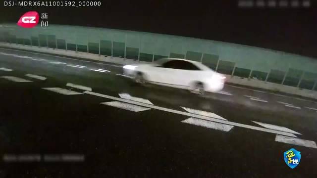 广州男子醉驾后撞车 弃车逃逸藏身护栏内