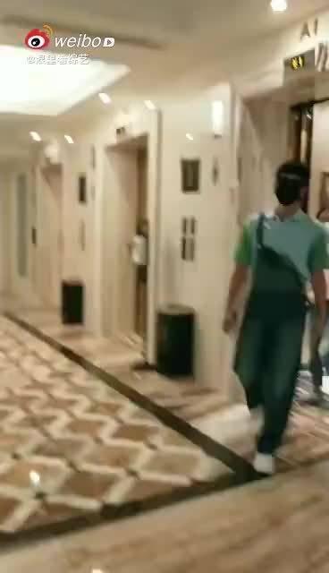 杨洋一身蓝绿色T恤搭配背带裤现身机场……