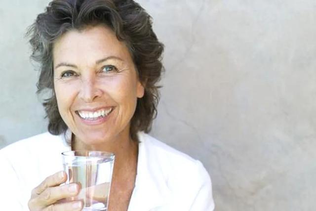 老年人夏季要喝够水、喝对水,不让老年病使身体受累遭罪