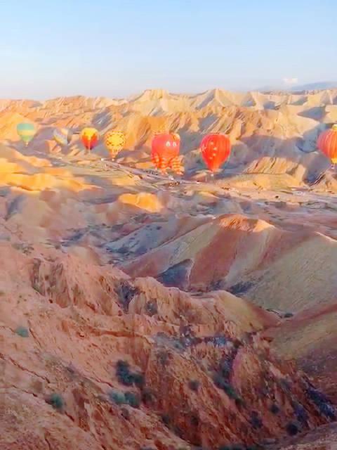 不知谁愿共赴一场热气球之旅?于张掖丹霞地貌景观……
