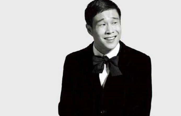 他是赵本山唯一外国徒弟,北大毕业学历高,结婚时向赵本山敬酒