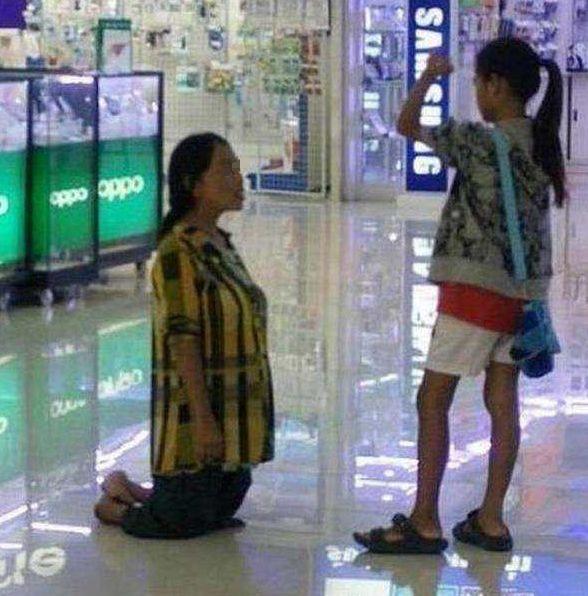 女儿想要一台笔记本,妈妈执拗不过,最后竟直接给女儿跪下了!