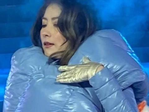 陈慧琳举办演唱会,零下20度穿着羽绒裙撑不住,冻出表情包