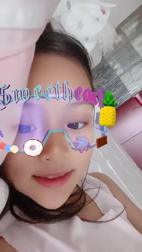 李小璐晒出最新甜馨视频,自拍小达人上线,甜馨露出小豁牙