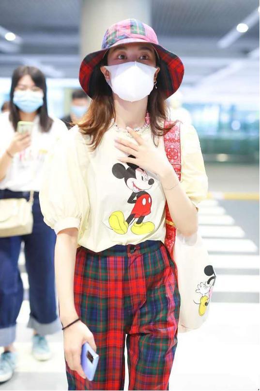 郁可唯确实会穿,米老鼠泡泡袖搭配红黑格子长裤,时髦又复古