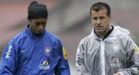 2010年巴西教练邓加拒绝招募小罗是对还是错?