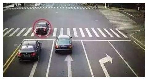 汽车误闯红灯,车身越过停止线后要不要倒回去?交警:做错扣6分