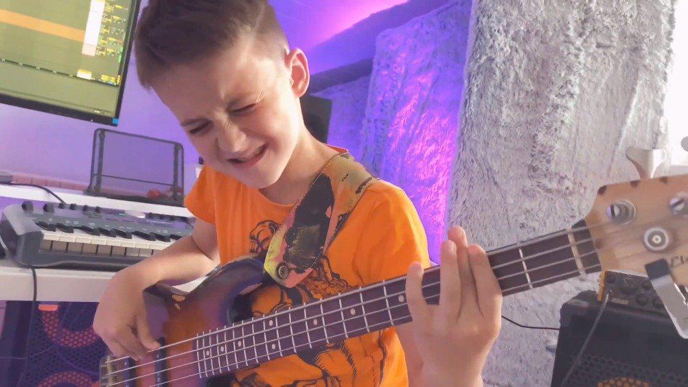 斯洛伐克8岁小正太Aron Hodek 弹起贝斯来专业又帅气 ……