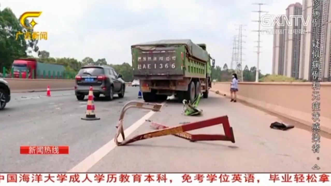 南宁三岸邕江大桥3辆货车相撞,现场一片狼藉,肇事司机腿部受伤