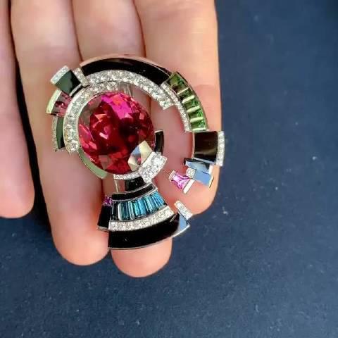 尚美高级珠宝里的一枚戒指,主石为20.04克拉的红宝石……