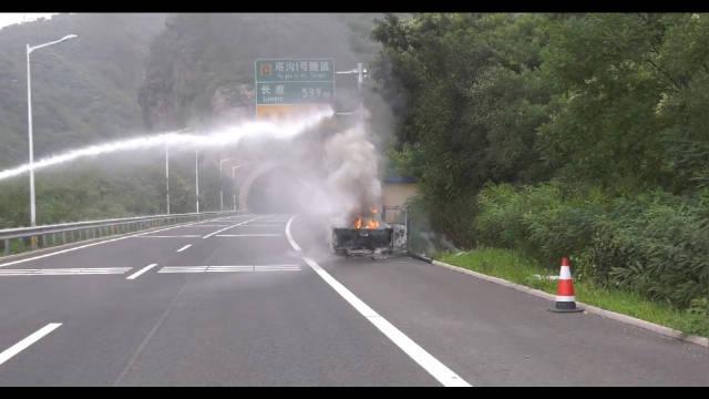 承德一皮卡车起火 消防员烈火中抢出煤气罐