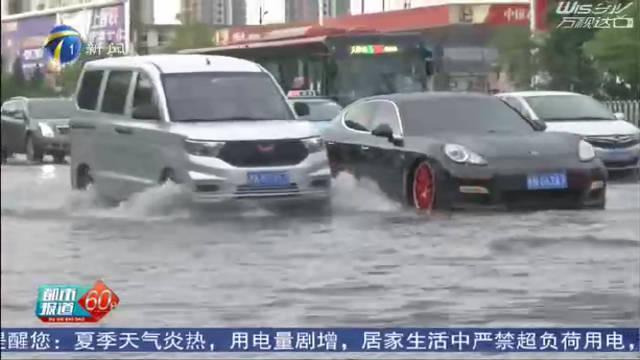 视频:天津突降暴雨,积水路段保时捷趴窝,五菱宏光呼啸而过