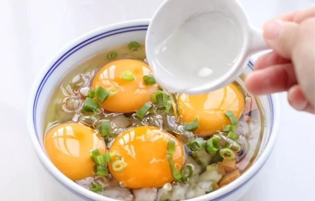 比鸡蛋羹还要好吃的火腿虾仁卧蛋,口感嫩滑又鲜美,非常简单