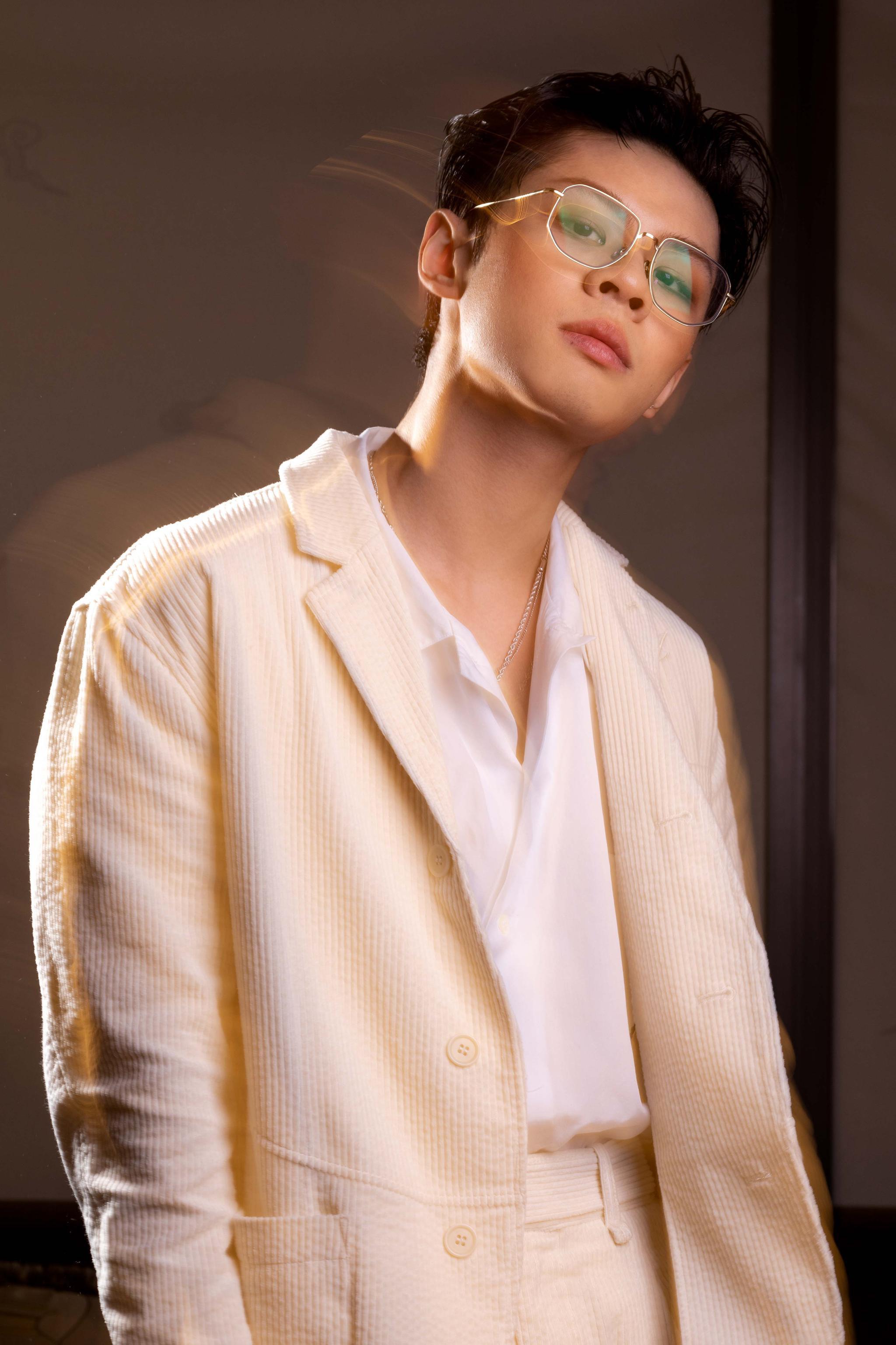 王晨艺身着灯芯绒西装出席活动,酷帅造型演绎极致魅力