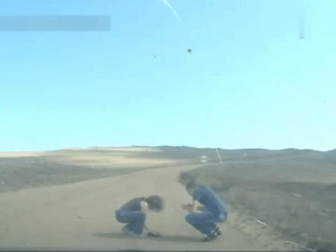 男子野外驾车发现路面有异常, 下车后发现这被困的萌物