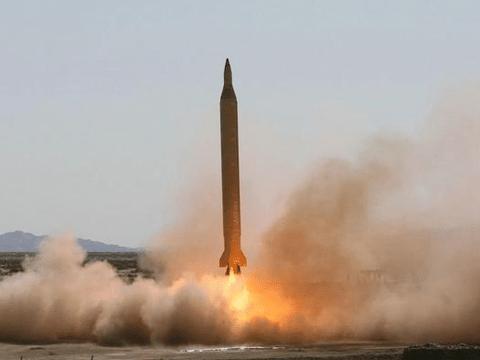 伊朗神秘导弹破土而出,在美军航母面前炸沉战船,迫使其暂停演习