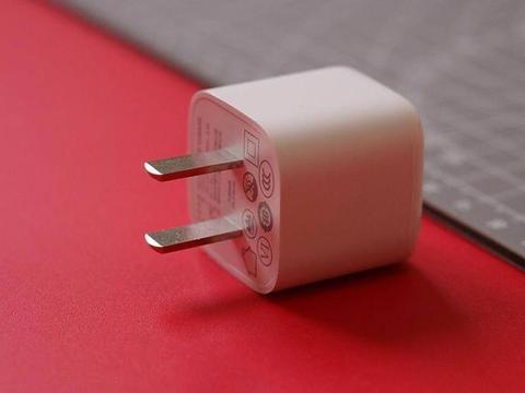 小身材大能量,图拉斯18W PD充电器吊打苹果原装5V2A充电头