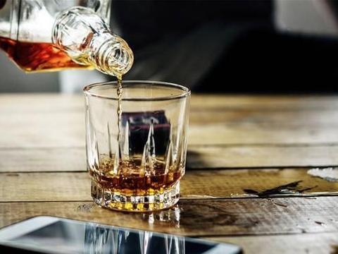 这顿大酒,他把北京户口给喝没了,北京户口为何这么金贵?