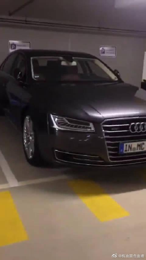 视频:奥迪顶级超级豪车,采用W12顶级引擎,并肩奔驰S级!
