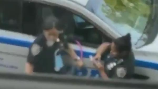 美国警察渎职吸水烟,目击者:吸了90分钟