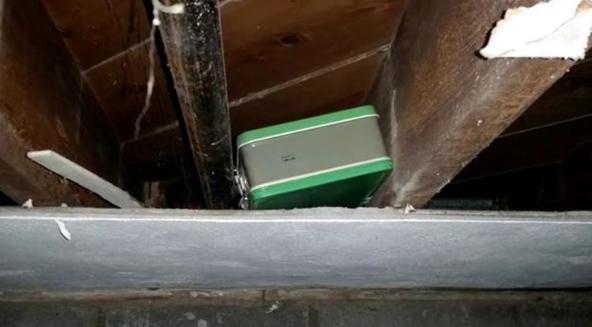 夫妻买一套二手房,装修时在屋顶发现一个箱子,打开后全都愣住了