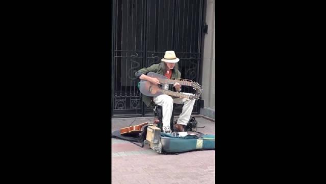 俄罗斯街头艺术家,我想知道他用的是什么乐器,怎么没见过?