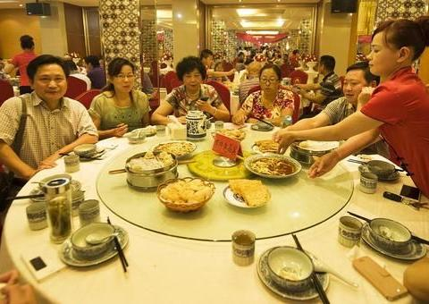 在广东吃饭要收茶位费,是行规还是霸王条款?你觉得应该取消吗?