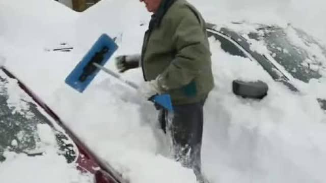 在大雪天里如果汽车被雪埋住了……