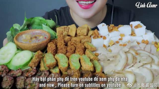 """越南ASMR吃播:""""粉丝糕+油豆泡+猪蹄肉+炸虾+猪排+虾酱""""……"""