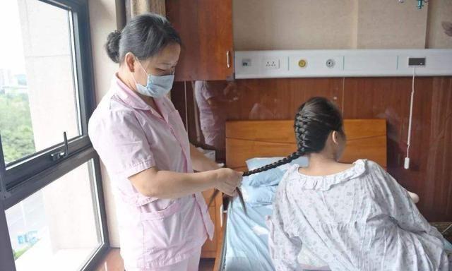 一个每天洗头,一个40天洗一次,袁咏仪和谢娜产后有什么差别?