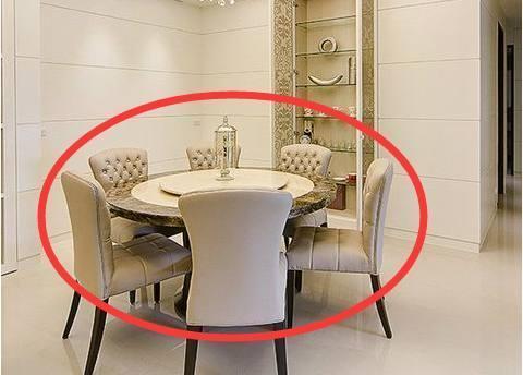 家里餐桌选方桌还是圆桌好?30年装修的师傅建议才知选错家具