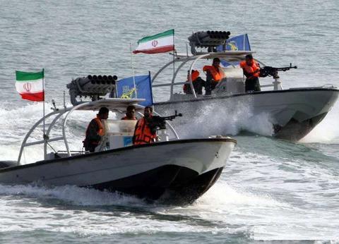 伊朗反航母演练,直升机发射导弹,外加特种兵夺舰