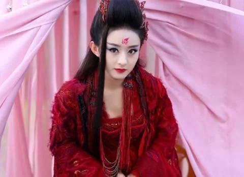 同样是古装花钿造型,赵丽颖霸气,凤九甜美,而她惊艳国内外