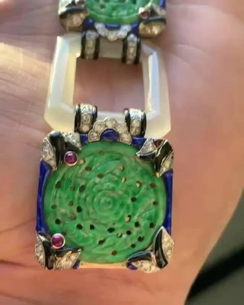 于1928年制成的手链,使用翡翠,玛瑙,珐琅,红宝石和钻石