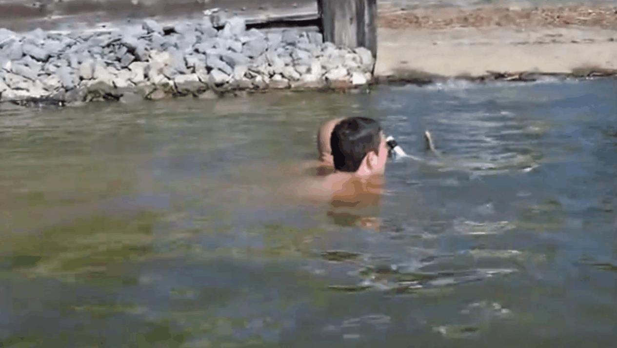 男子游泳发现河底有黑影, 最终从石缝中拽出一条50斤的大家伙