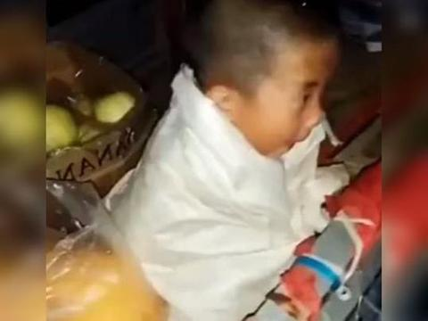 萌娃下雨天陪妈妈卖菜,冷到用编织袋包裹身体惹人心疼:泪目了!