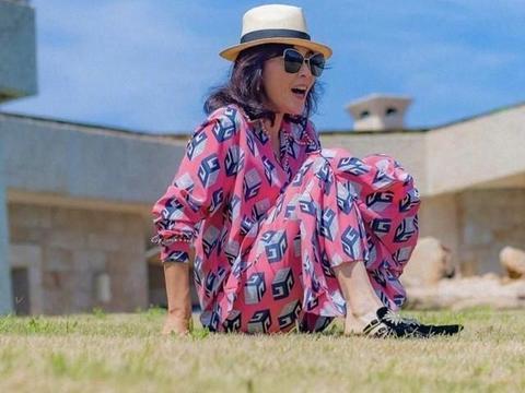 刘嘉玲国外度假好潇洒,印花裙配遮阳帽,大气又时髦