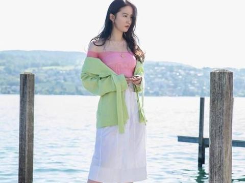 """刘亦菲仿若""""人间水蜜桃"""",穿半身裙充满氧气感,肉感身材很迷人"""