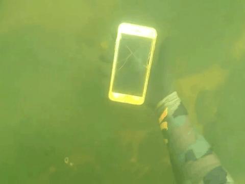 男子潜水捡到一部iphone手机, 打开保护壳发现了这东西
