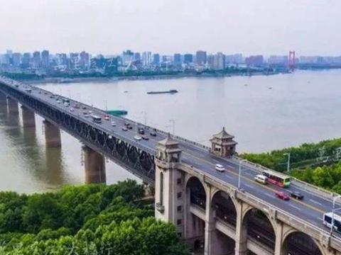 万里长江上两座著名的大桥,成为旅游景点之一,你觉得哪座桥最美
