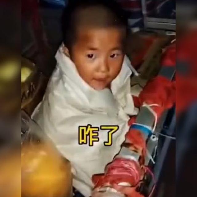 萌娃下雨天陪妈妈卖菜,冷到用编织袋包裹身体令人心疼:泪目了!