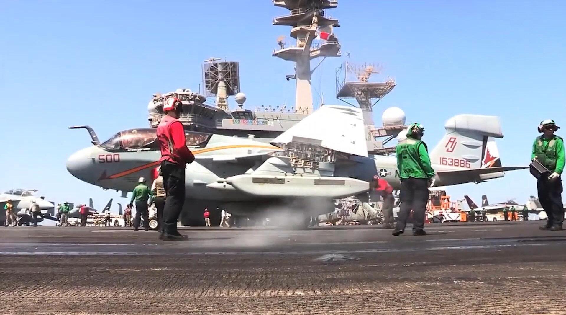 美国海军在布什号航母上训练,直升机战斗机预警机相继出动!