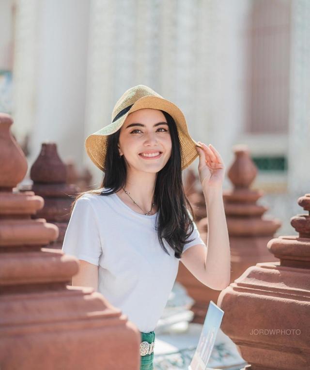 泰国女星Mai打卡曼谷郑王庙,穿白T配度假风半裙好应景旅拍范本