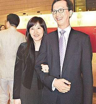 财神梁锦松:两度染指人妻,拥小26岁伏明霞在怀,又和她闺蜜暧昧