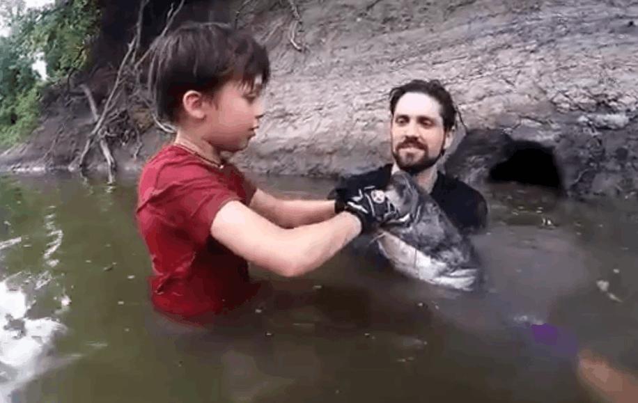父子野外游泳发现一个奇怪的洞, 八岁儿子从中抓出一个大家伙