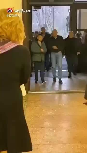 马云与乌克兰寡头会晤,网友:这一身像极了淘宝买的!