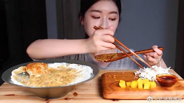 """韩国ASMR吃播:""""奶油咖喱乌冬面+芝士炸猪排""""……"""